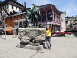 Mihajlo zajedno sa prvim penjačima Mont Blanca pokazuje na naš put.